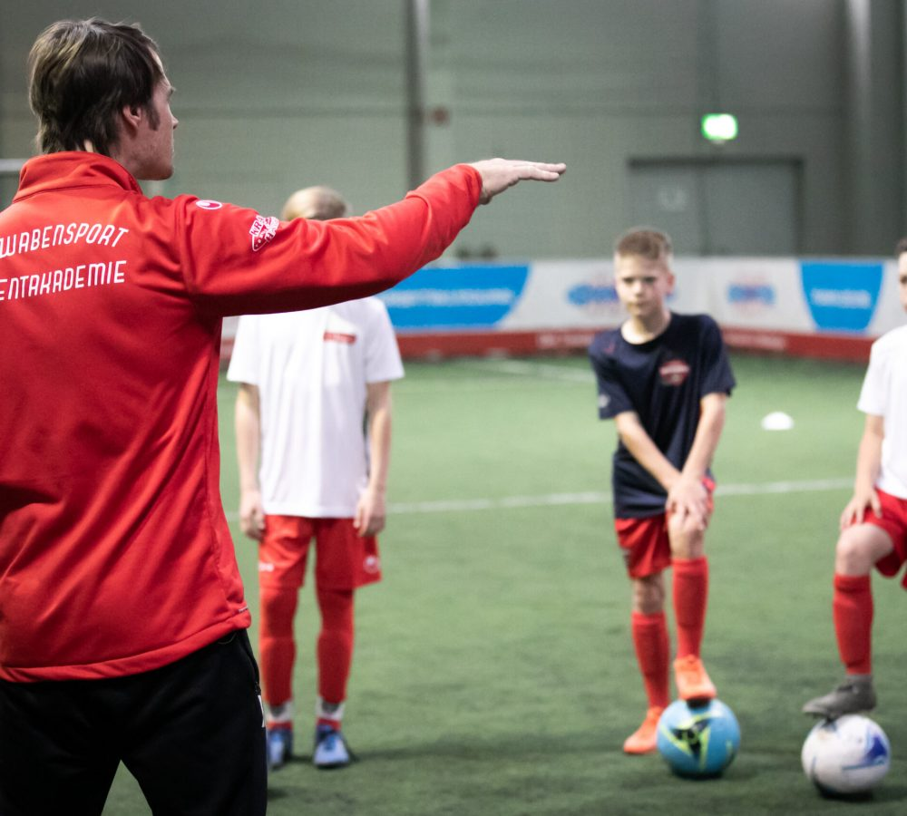Probetraining Fußball: Trainer erklärt etwas