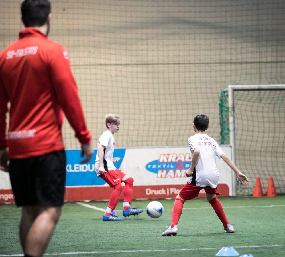 Probetraining Fußball: Zwei Jungs am trainieren