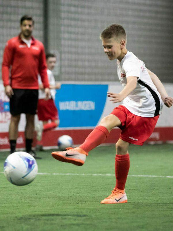 Probetraining Fußball: Junge trainiert das Schießen