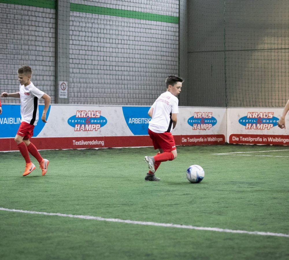 Probetraining Fußball: Jungs trainieren das Dribbeln
